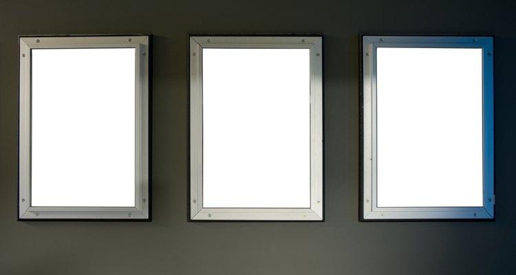 El uso de grandes y largos espejos en lugar de pequeños espejos decorativos, permite reflexionar más luz.