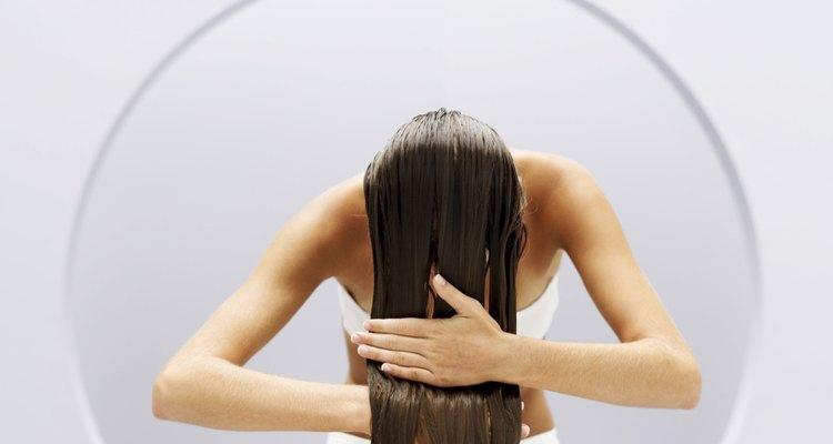 Lava tu cabello y sécalo con una toalla.