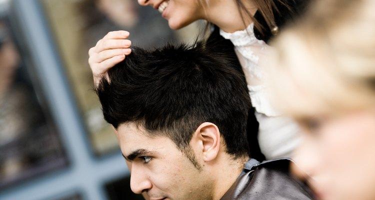 Los estilistas en salones de primera categoría deben mantenerse al día con las últimas modas.