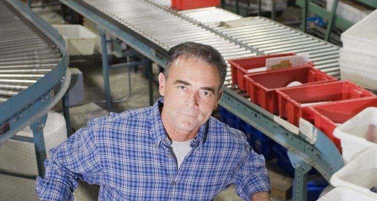 Los empleos en la industria ligera típicamente conllevan una producción que no requiere maquinaria pesada.
