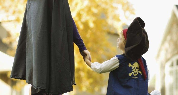 Reúne las prendas de vestir para el disfraz de Guasón.