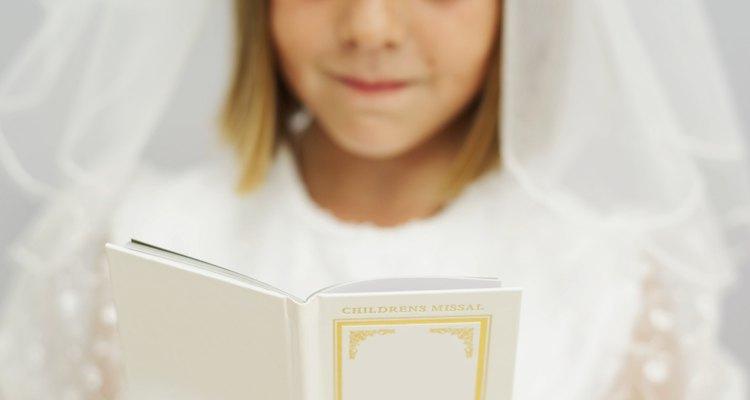 Crianças rezam preces simples durante a Primeira Comunhão