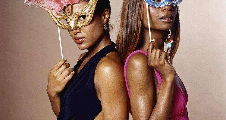 Asigna a los adolescentes ciertos personajes para que interpreten o que vengan con sus propios trajes para la fiesta.