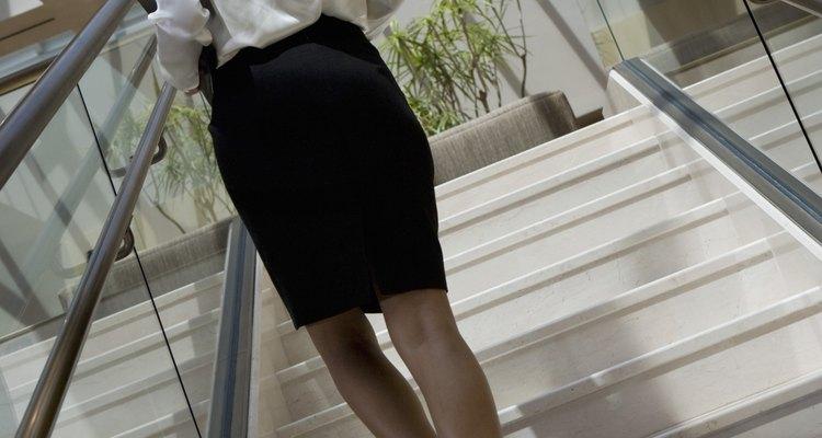 Para o trabalho, o conjunto de saia, camisa e blazer é um curinga