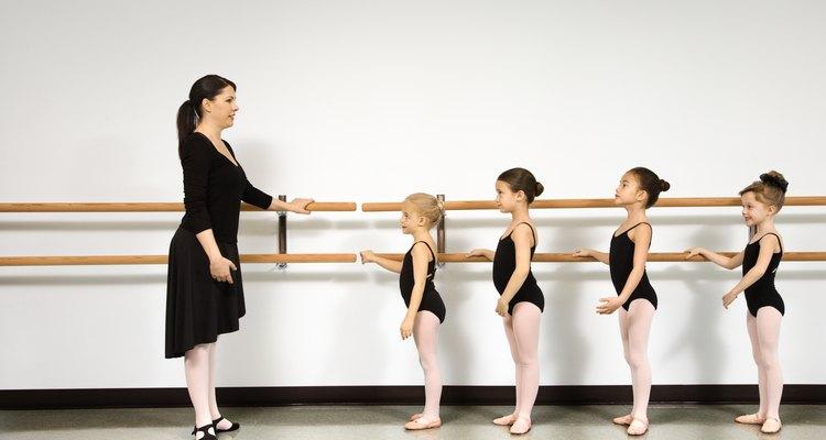 Muitos estúdios de ballet usam barras pré-fabricadas, mas o espaço as tornam impraticáveis em casa