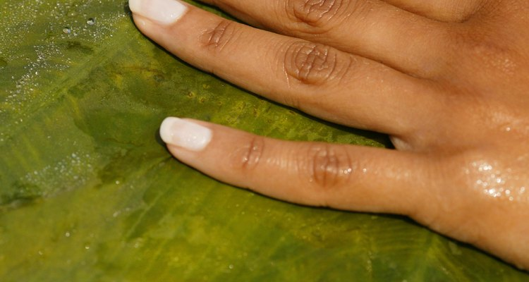 Evita derrames pintando las uñas sobre un pedazo de cartulina.