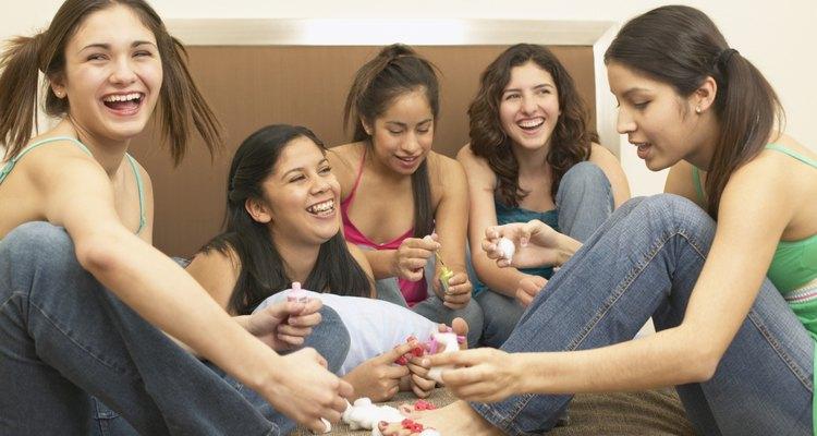 Junto con las palomitas de maíz, el chocolate, el maquillaje y las películas, los juegos de pijamadas añaden diversión tarde a la noche.