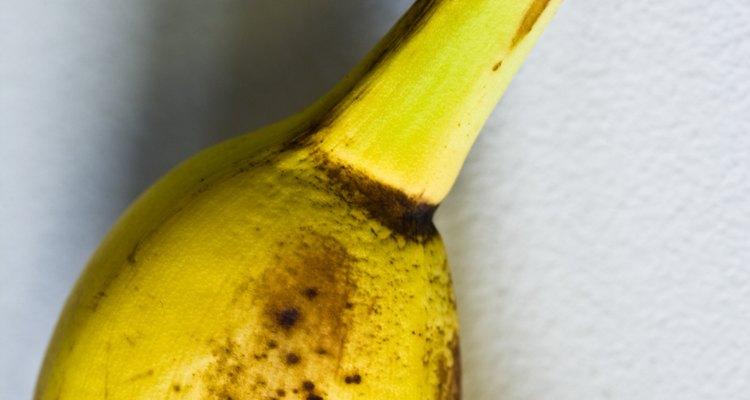 Los plátanos se ponen marrones cuando la polifenol oxidasa reacciona con el aire a medida que madura.