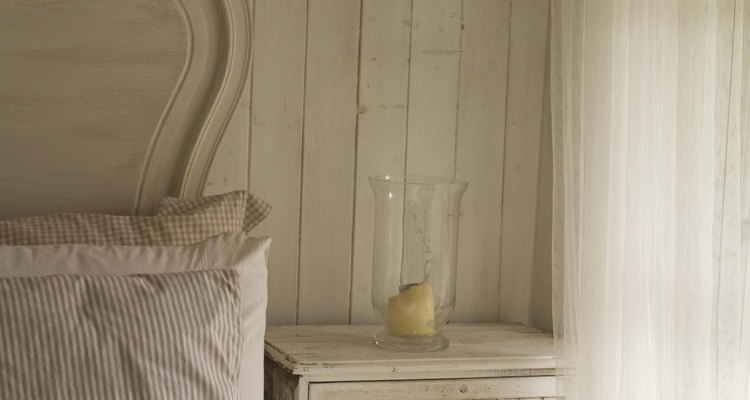 Una habitación totalmente blanca, desaliñada y chic, diseñada para combinar lo nuevo y lo antiguo.