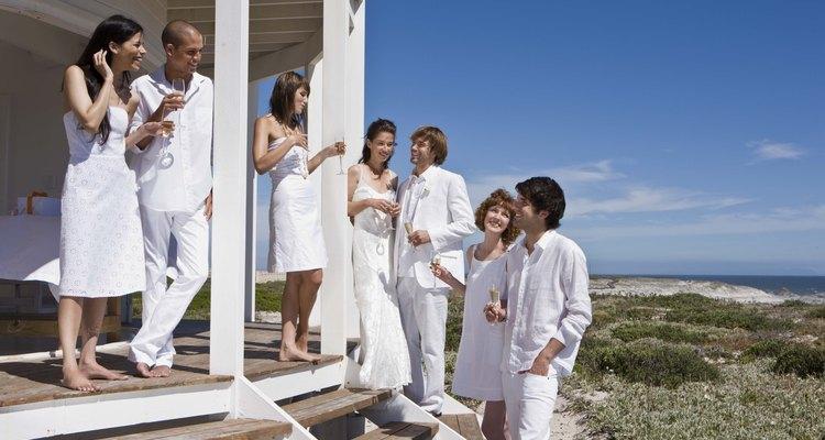 Los hombres pueden usar algo casual pero apropiado para una boda en la playa.