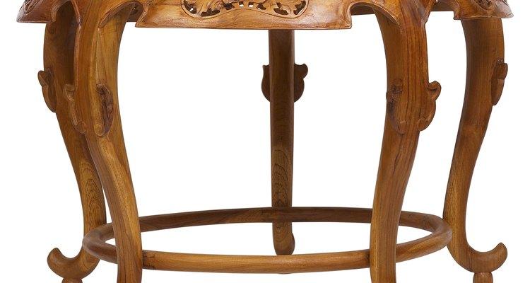 Puedes arreglar las patas de tu mesa de madera para que vuelva a verse como nueva.