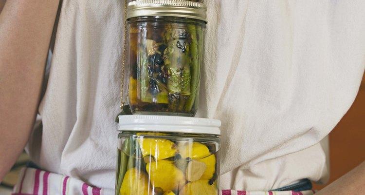 Utilize os potes para legumes em conserva, geleia e óleos caseiros de erva