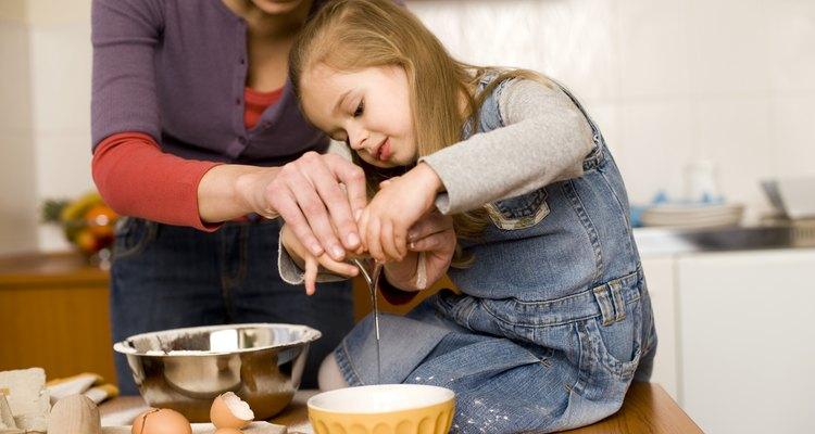 Enséñale las habilidades básicas para cocinar cuando estén haciendo golosinas para el Día de San Valentín.