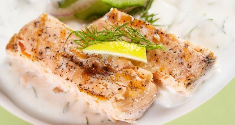 Cocina el pescado envuelto en aluminio para preparar una comida húmeda y deliciosa.