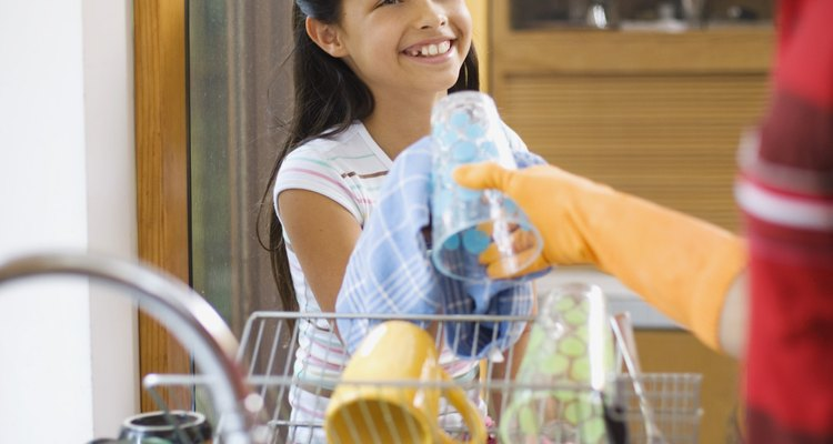 Encha a pia ou recipiente raso com de cinco a dez centímetros de água