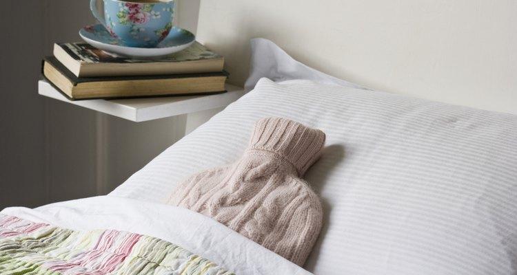 Mete una botella de agua caliente bajo las sábanas para mantener caliente tu cama.