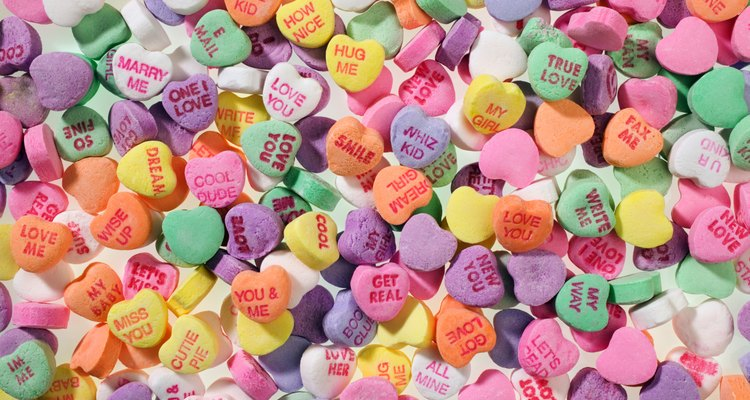 Cajas de dulces de corazones con conversación.