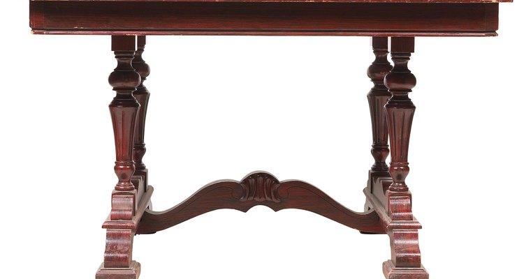 Cómo limpiar una mesa de madera de caoba.