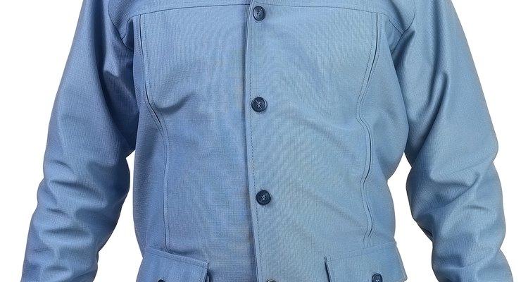 Ternos, gravatas e camisas são algumas peças de roupa que podem ser feitas de poliéster