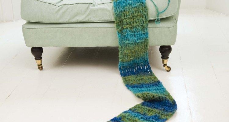 Faça uma echarpe estilosa unindo os quadrados de tricô em uma única fileira usando pontos baixíssimos