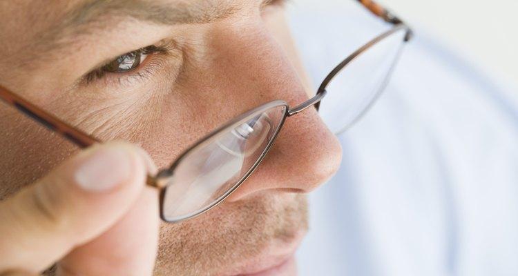 Há alguns passos para limpar o suporte de nariz do seu óculos