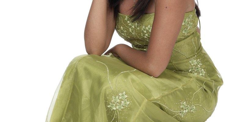 Elige una tela estampada para adornar un vestido de diseño simple.