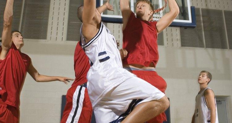 Tu hijo podría estar más motivado a jugar un deporte de equipo, como el baloncesto.