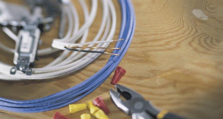 Agregar una lámpara adicional y poder encenderla desde una caja eléctrica existente no es complicado.
