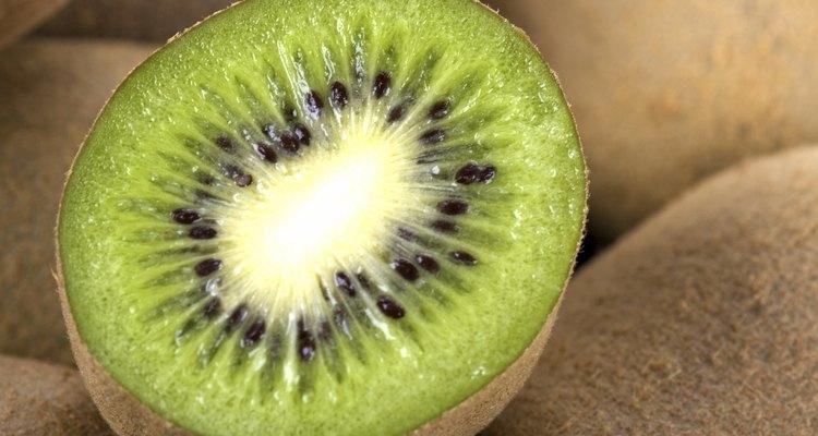 Verifique a casca felpuda do kiwi para ter certeza de que ela está macia