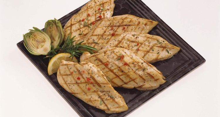 Las pechugas de pollo deben ser cortadas de un tamaño uniforme para que se cocinen en forma pareja.