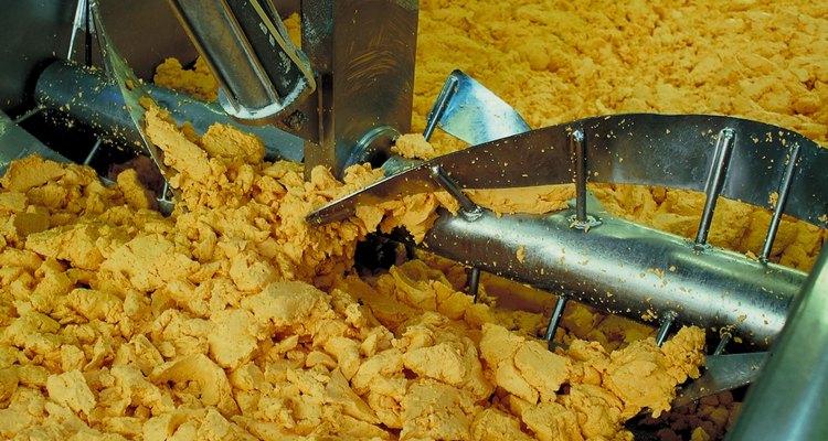 Los cuajos de quesos frescos sazonados se comen así o se ponen en moldes presionados.