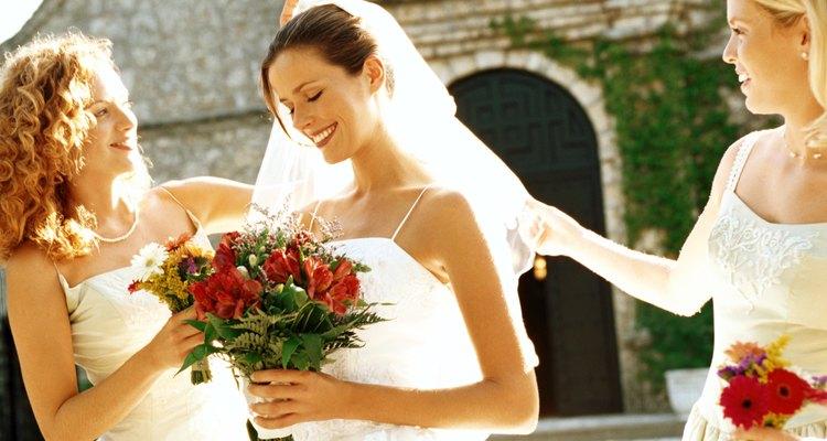 El peinado y el maquillaje de una dama de honor puede ser sencillo y simple.