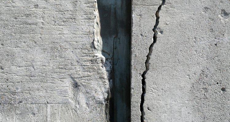 El concreto reforzado controla el agrietamiento.