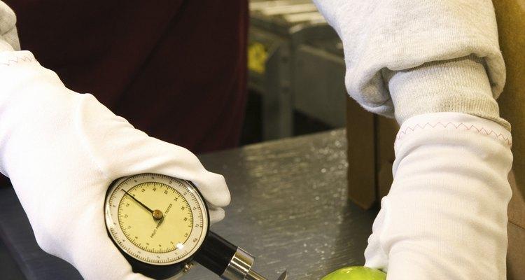 Las pruebas de calidad de los alimentos son una de las funciones de los gerentes de control de calidad.