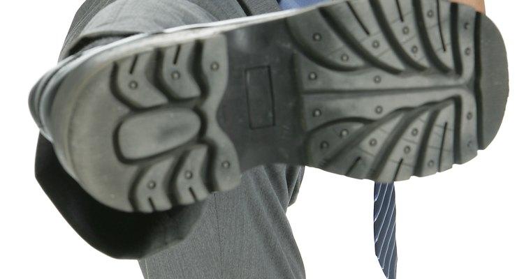 Conserte a sola de um sapato com cola.