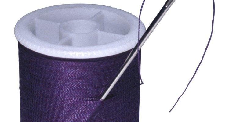 Coser un escote en V en un vestido puede crear un detalle dramático.