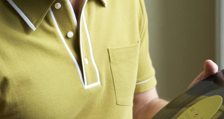 Um queimado de cigarro estraga a aparência de uma camisa pólo