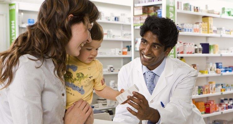 Mulher conversando como farmacêutico