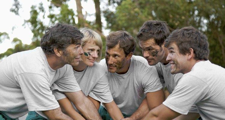 Los juegos para jóvenes en el bachillerato promueven la construcción de equipos.
