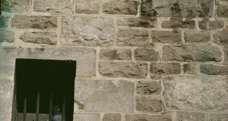 A mistura de massa corrida serve para acabamento falso de parede de pedra