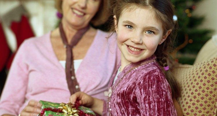 Darle a tu abuela un regalo sólo para ella le hará sentirse especial.