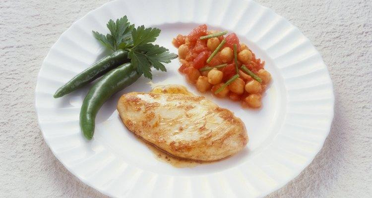 Sirve la pechuga de pollo horneada con un acompañamiento de vegetales saludables.