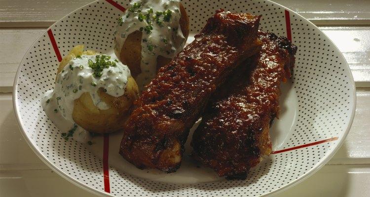 En todo Estados Unidos, la gente intenta preparar la salsa perfecta para las costillas de cerdo.