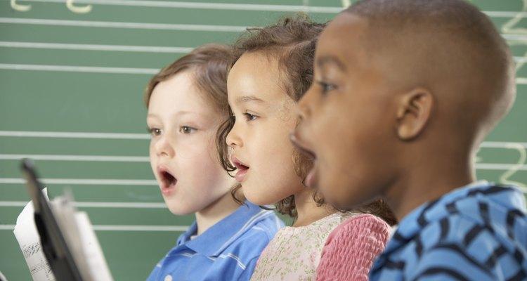 Las canciones introducen nuevos temas y lecciones a los niños.
