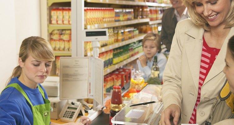 Los puestos de cajero están disponibles en muchos tipos de negocios.