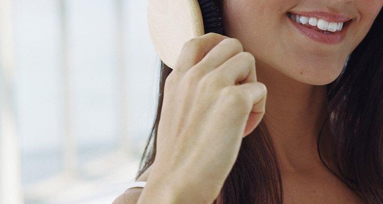 Use uma escova macia para não danificar o seu cabelo indiano