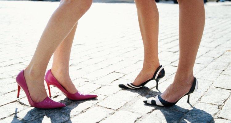 A mediados de esta década, los zapatos de tacón de aguja se pusieron de moda, reemplazando a los de punta redondeada.