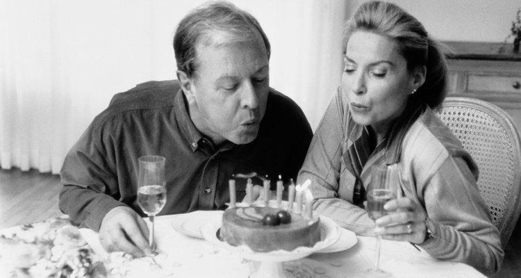 Las ideas de mesas para un cumpleaños 50 pueden ser divertidas de planear y crear.