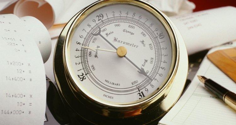 Un barómetro mide la presión atmosférica.