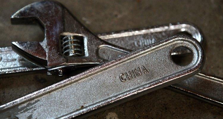 Las llaves de tuercas son una de las herramientas más populares para apretar tuercas y tornillos.